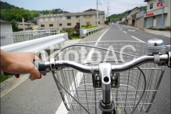 自転車のハンドルを握る
