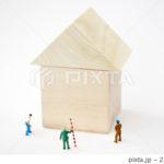 積み木の家と工事作業員